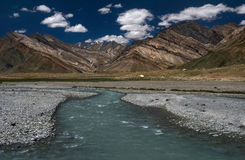 Panoramisches Foto des schönen Hochgebirges des Zanskar-Tales mit dem Flussbett von einem breiten Fluss mit reinem aquamarinem Wa Stockfoto