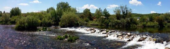 Panoramisches Foto eines Wasserfalls auf einem kleinen Fluss Stockbild