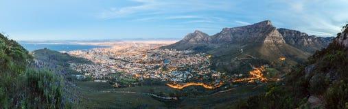 Panoramisches Foto von Cape Town an der Dämmerung vom Kopf des Löwes Lizenzfreies Stockbild