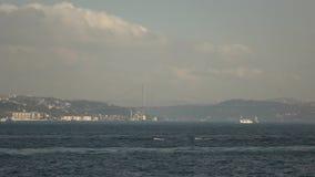 Panoramisches Luftvideo des Meerblicks von Bosphorus mit Schiffsverkehr, martert am 15. Juli Brücke, Gebäude von Istanbul langsam stock video