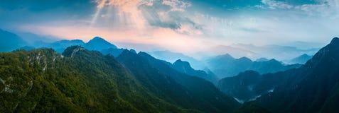 Panoramisches mountian im Nebel lizenzfreie stockfotos