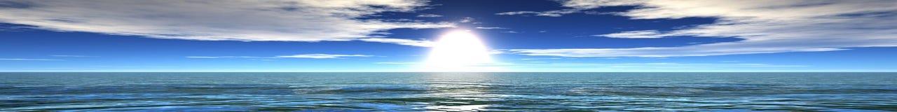 Panoramisches Ozeansonnenuntergangpanorama des Sonnenaufgangs über dem Meer, das Licht in den Wolken über dem Meer Lizenzfreies Stockfoto