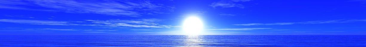 Panoramisches Ozeansonnenuntergangpanorama des Sonnenaufgangs über dem Meer, das Licht in den Wolken über dem Meer Lizenzfreie Stockfotos