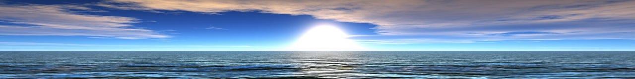 Panoramisches Ozeansonnenuntergangpanorama des Sonnenaufgangs über dem Meer, das Licht in den Wolken über dem Meer Stockfotos