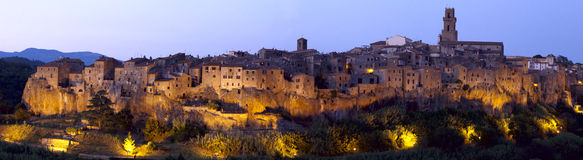 Panoramisches Pitigliano an der Dämmerung stockfoto