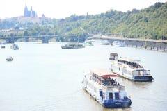 Panoramisches Sonderkommando von Prag mit Booten in die Moldau-Fluss Stockfotografie