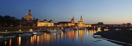 Panoramisches Stadtbild in der Nacht, Dresden, Deutschland. Stockfotografie