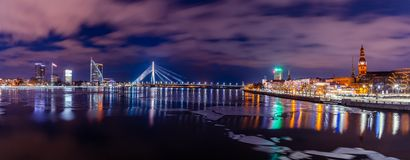 Panoramisches Stadtbild von Riga, Lettland von Akmens-Brücke nachts mit drastischem Himmel, mit der Ansicht von Bürogebäuden und  stockbilder