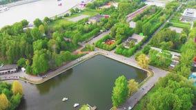 Panoramisches Video vom Brummen in der Mitte des Stadtparks , Luftschießen im Stadtzentrum, eine schöne Ansicht von stock video footage