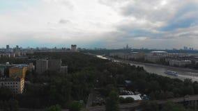 Panoramisches Video von einem Brummen in der Mitte von Moskau Luftschießen im Stadtzentrum, eine schöne Ansicht des Parks stock video footage