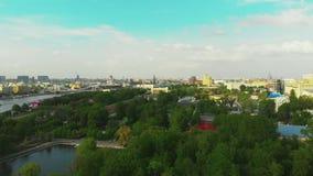 Panoramisches Video von einem Brummen in der Mitte von Moskau, Luftschießen im Stadtzentrum, eine schöne Ansicht des Parks stock video