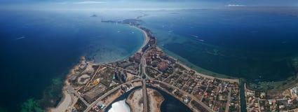 Panoramisches von der Luftfoto von Gebäuden, von Landhäusern und von Strand auf einem natürlichen Spucken von La Manga zwischen d stockfoto