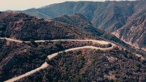 Panoramisches von der LuftVideo des Kinos der Ansicht der Gebirgsbildungen in Malibu von einem Hubschrauber Die Gebirgsstraßenläu stock video