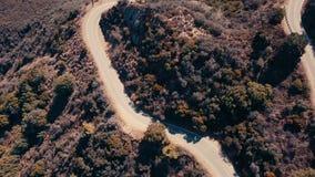 Panoramisches von der LuftVideo des Kinos der Ansicht der Gebirgsbildungen in Malibu von einem Hubschrauber Die Gebirgsstraßenläu stock video footage
