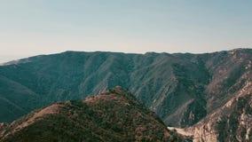 Panoramisches von der LuftVideo des Kinos der Ansicht der Gebirgsbildungen in Malibu von einem Hubschrauber Fliegen über die Spit stock video