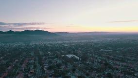 Panoramisches von der LuftVideo des Kinos der Nachtstadt von einem Hubschrauber Schöner Sonnenuntergang in Los Angeles, Kaliforni stock video