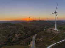 Panoramisches Windparkturbinenvon der luftschattenbild bei Sonnenuntergang Lizenzfreies Stockbild