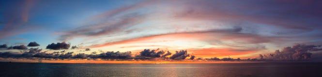 Panoramy błękitny niebo z słońca czerwonym światłem i morze reflexted w mi Zdjęcie Stock