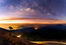 Panoramy drogi mlecznej galaktyka z lekkim miastem przy Doi inthanon Chiang mai, Tajlandia zdjęcia stock