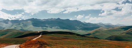 Panoramy Drogowy Prowadzić Wspinać się Elbrus W lecie Północny Kaukaz, Rosja Obraz Stock