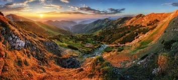 Panoramy góra z słońcem, Vratna dolina, Sistani Obrazy Stock