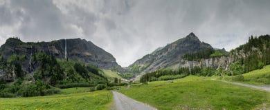 Panoramy góry krajobraz z bujny zielenią lasową i kilka siklawami zdjęcia stock