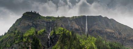 Panoramy góry krajobraz z bujny zielenią lasową i kilka siklawami fotografia royalty free