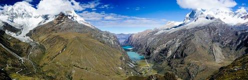 Panoramy góry krajobraz z nakrywającą doliną z turkusowymi halnymi jeziorami i górami obrazy stock