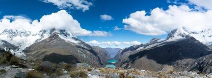 Panoramy góry krajobraz z nakrywającą doliną z turkusowymi halnymi jeziorami i górami obraz stock