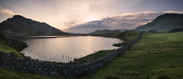 Panoramy jeziora i góry wschodu słońca odbić piękny landsca zdjęcia stock
