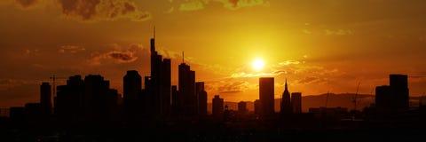 Panoramy linia horyzontu Frankfurt magistrala w wieczór - Am - fotografia royalty free