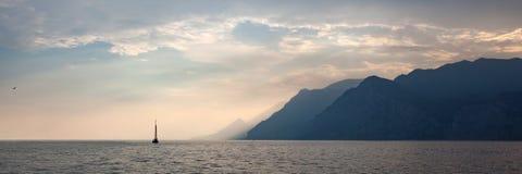 Panoramy morza krajobraz Z żaglówką zdjęcia stock