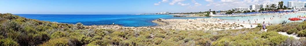 Panoramy plaży wybrzeża krajobrazu morza śródziemnomorskiego Cypr wyspa Fotografia Stock