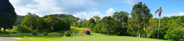 Panoramy pole golfowe w zwrotnikach Zdjęcia Royalty Free