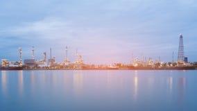 Panoramy rafinerii ropy naftowej elektrowni rzeki przód przy zmierzchem Obraz Stock