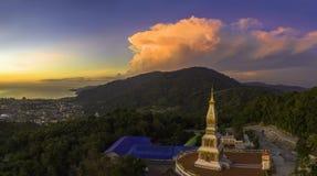 Panoramy scenerii zmierzch nad pagoda w Patong zdjęcia stock