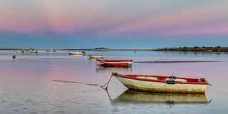 Panoramy schronienie z łodziami rybackimi na różowym zmierzchu Fotografia Royalty Free