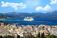 panoramy stary miasteczko Stary miasteczka i morza widok Białego morza liniowiec w dennej zatoce Ionian morze Fotografia Royalty Free