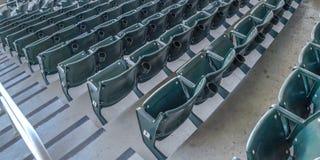 Panoramy Wielopoziomowy miejsca siedzące i przegląda pokoje na baseballa polu przeglądać na słonecznym dniu zdjęcia royalty free