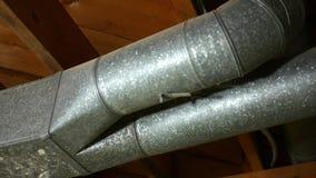 Panorera över en luft som betingar axeln för HVAC-ventilationsluft - kanalarbete - V1 stock video