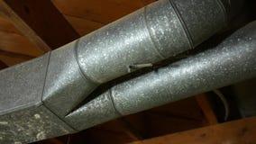 Panorera över en luft som betingar axeln för HVAC-ventilationsluft - kanalarbete - V1 arkivfilmer