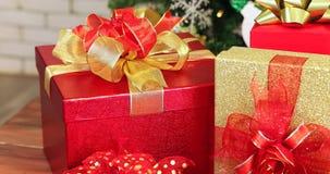 Panorera av högen av gåvaaskar under julgranen stock video
