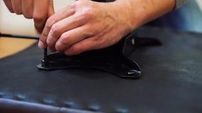 Panorera av manhänder som monterar DIY-möblemang genom att använda skruvmejselcloseupen stock video