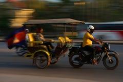 Panorera av motorcykeln med släpet på nationell huvudväg 6 i Siem Reap, Cambodja arkivbild