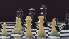 Panorera av styckschack på schackbräde lager videofilmer