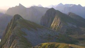 Panorera av svårigheter och bergen av det Troms länet lager videofilmer