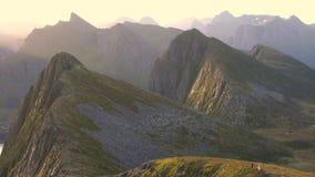Panorera av svårigheter och bergen av det Troms länet stock video
