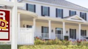 Panorera det sålda hem- till salu Real Estate tecknet och huset stock video
