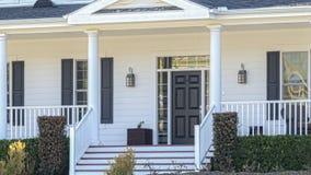Panorera det sålda hem- till salu Real Estate tecknet och huset