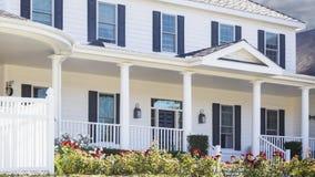Panorera det sålda hem- till salu Real Estate tecknet och huset royaltyfri illustrationer
